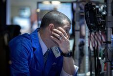 La Bourse de New York a fini en net recul mardi en raison d'un nouvel accès de vigueur du dollar, susceptible de peser sur les résultats des sociétés cotées.  /Photo d'archives/REUTERS/Brendan McDermid