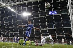 Klaas-Jan Huntelaar marca gol do Schalke 04 no Real Madrid. 10/03/2015.      REUTERS/Juan Medina