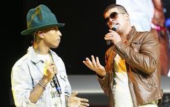 """Los cantantes Pharrell Williams (izquierda) y Robin Thicke se presentan en una junta de accionistas de Walmart en Fayetteville en Arkansas. 6 de junio de 2014. Las estrellas de la música Robin Thicke y Pharrell Williams fueron encontrados responsables el martes de violación de derechos de autor, en una demanda en la que se les acusa de plagiar al cantante de soul Marvin Gaye en su éxito discográfico """"Blurred Lines"""". REUTERS/Rick Wilking"""
