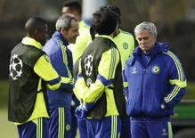 Técnico José Mourinho e jogadores durante treino do Chelsea.   10/03/2015       Action Images via Reuters / John Sibley