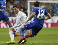 Cristiano Ronaldo disputando bola com Marco Hoger durante partida entre Real Madrid e Schalke 04, em Madrid.  10/03/2015   REUTERS/Susana Vera