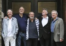 """Los integrantes vivos del grupo de comedia Monty Python en una fotografía grupal en Londres, jun 30 2014. Un nuevo documental sobre Monty Python será estrenado en el Festival de Cine de Tribeca en Nueva York y miembros del grupo cómico británico asistirán a la proyección especial de la película """"Monty Python and the Holy Grail"""" para celebrar su 40 aniversario.  REUTERS/Paul Hackett"""
