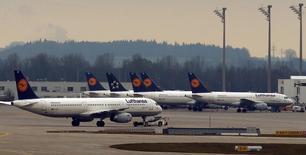 Самолеты Lufthansa в аэропорту Мюнхена. 1 декабря 2014 года. Сильная конкуренция в Европе и других регионах означает, что Lufthansa не может свернуть программу оптимизации расходов, даже несмотря на связанный с ней риск новых забастовок пилотов, заявила в четверг немецкая авиакомпания. REUTERS/Michael Dalder