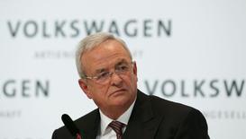Volkswagen avance lentement vers sa cible de cinq milliards d'euros de réduction des coûts de sa marque éponyme d'ici à 2017 pour faire face à la chute de ses bénéfices en raison notamment d'une baisse de la demande dans les pays émergents. Le premier constructeur européen a identifié des économies pour la moitié de ce montant, a déclaré jeudi le président de son directoire, Martin Winterkorn (photo), lors de la conférence de presse annuelle du groupe. /Photo pris le 12 mars 2015/REUTERS/Fabrizio Bensch