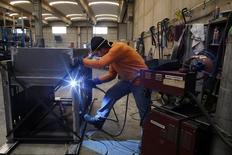 En la imagen, un empleado suelda un horno de metal en una fábrica en Gravellona Lomellina, 45 kilómetros al sudoeste de Milán. 1 de junio, 2013. La producción en las fábricas de la zona euro disminuyó levemente en enero, pero los datos también mostraron evidencia que apoya las expectativas de recuperación en la frágil economía del bloque. REUTERS/Stefano Rellandini
