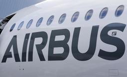 Airbus Group est en hausse de 1,35% à la mi-séance tandis que l'indice CAC 40 cède 0,02% à 4.996,52 points. Le grope aéronautique bénéficie de la faiblesse de l'euro, passé mercredi sous la barre de 1,06 dollar pour la première fois depuis avril 2003, avant de remonter à 1,0635 dollar ce jeudi midi, contre plus de 1,10 dollar la semaine dernière. /Photo d'archives/REUTERS/Régis Duvignau