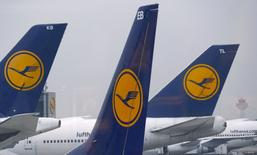 En la imagen, aviones de la aerolínea alemana Lufthansa estacionados en el aeropuerto de Fráncfort. 1 de diciembre, 2014. La aerolínea alemana Lufthansa dijo que espera que los precios de los pasajes caigan aún más en el 2015, y que no podía aliviar sus medidas de reducción de costos, aún en momentos en que se enfrenta a más huelgas de sus pilotos. REUTERS/Kai Pfaffenbach/Files