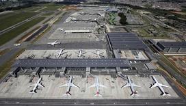 Aeronaves vistas no Aeroporto Internacional de Guarulhos em São Paulo. 12/02/2015 REUTERS/Paulo Whitaker