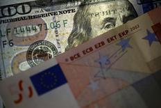 L'euro est désormais au bon niveau face au dollar américain, a estimé jeudi François Hollande, après une accélération de la baisse de la devise européenne ces derniers jours. L'euro est tombé jeudi à son plus bas niveau depuis 12 ans, sous 1,05 dollar. /Photo prise le 12 mars 2015/REUTERS/Stoyan Nenov