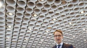 """Jens Weidmann, le président de la Bundesbank allemande, a appelé jeudi les gouvernements de la zone euro à prendre leurs responsabilités en décidant s'ils souhaitent ou non couvrir les besoins de financement de la Grèce, jugeant que cette décision relevait """"moins que jamais"""" des banques centrales. /Photo prise le 12 mars 2015/REUTERS/Ralph Orlowski"""
