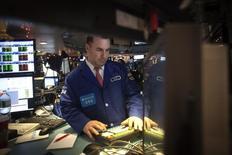 Трейдер на торгах Нью-Йоркской фондовой биржи 2 января 2015 года. Фондовые рынки США выросли в четверг после двухдневного спада, так как сообщение о снижении розничных продаж остановило укрепление доллара и заставило инвесторов пересмотреть ожидания повышения процентных ставок. REUTERS/Carlo Allegri