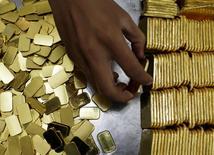 Piezas de oro de 100 gramos cada una en la refinería PT Antam Tbk, Yakarta, 13 jul, 2012. El oro subía el viernes luego de nueve sesiones consecutivas de pérdidas, en la peor racha bajista del metal precioso en más de 40 años, debido a la pausa en la valorización del dólar luego de varias ruedas al alza. REUTERS/Beawiharta