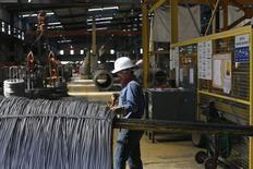 Un trabajador en la acería TIM en Huamantla, México, oct 11 2013. La actividad industrial de México se contrajo en enero frente al mes previo debido a un desempeño negativo de los sectores de construcción, minería y manufacturas, según cifras publicadas el viernes por el instituto nacional de estadísticas, INEGI. REUTERS/Tomas Bravo