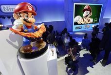 Nintendo s'est associé au fabricant de jeux en ligne DeNA pour développer des jeux pour smartphones, dont un avec Super Mario, afin de conserver des utilisateurs qui délaissent de plus en plus les consoles pour jouer sur un terminal mobile. /Photo prise le 11 juin 2014/REUTERS/Kevork Djansezian