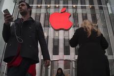 Un anticipado servicio de televisión de Apple Inc puede convertirse pronto en realidad, ya que el fabricante del iPhone está en negociaciones con programadores para ofrecer un paquete reducido de cadenas, dijo el Wall Street Journal, citando a personas familiarizadas con el asunto. En la foto, el logo de Apple en su tienda en la Quinta Avenida en Nueva York el 1 de diciembre de 2014.  REUTERS/Carlo Allegri
