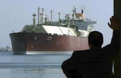 Мужчина смотрит на крупнейший в мире СПГ-танкер DUHAIL, когда он проходит по Суэцкому каналу 1 апреля 2008 года. Египет договорился с Газпромом о поставках сжиженного природного газа (СПГ) на сумму около $1 миллиарда в текущих рыночных ценах, сообщило министерство нефтяной промышленности Египта. REUTERS/Stringer
