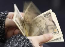 Trois entreprises emblématiques du Japon, Toyota, Nissan et Panasonic, ont annoncé mercredi des augmentations salariales supérieures à celles de l'année dernière, un geste qui devrait satisfaire le Premier ministre Shinzo Abe mais qui ne suffira probablement pas à entraîner un mouvement d'ensemble. /Photo d'archives/REUTERS/Shohei Miyano