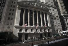 La Bourse de New York a ouvert en baisse mercredi, dans l'attente du communiqué de la Réserve fédérale que les investisseurs scruteront à la recherche d'indices sur le calendrier du relèvement des taux d'intérêt aux Etats-Unis. A l'ouverture, le Dow Jones perd 0,24%, le S&P-500 recule de 0,22% et le Nasdaq cède 0,22%. /Photo d'archives/ REUTERS/Carlo Allegri   (UNITED STATES - Tags: BUSINESS) - RTR4Q0B1
