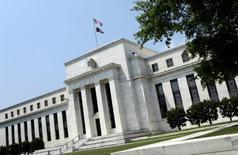 """El edificio de la Reserva Federal en Washington, jun 19 2012. La Reserva Federal de Estados Unidos despejó aún más el camino a un alza de tasas de interés en junio con el retiro de su compromiso de ser """"paciente"""" a la hora de normalizar su política monetaria.  REUTERS/Yuri Gripas"""