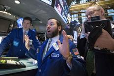 En laissant entendre que la remontée de ses taux d'intérêt sera moins rapide que ce qu'anticipaient les investisseurs, la Réserve fédérale américaine a déclenché mercredi un mouvement d'euphorie sur les marchés d'actions et d'obligations. /Photo prise le 17 mars 2015/REUTERS/Brendan McDermid