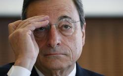 En la imagen, el presidente del BCE, Mario Draghi, se ajusta las gafas durante las conferencias del Instituto de Estabilidad Financiera y Monetaria en Fráncfort el 11 de marzo de 2015. El consejo de gobierno del Banco Central Europeo aprobó 400 millones de euros (427 millones de dólares) de liquidez extra de emergencia para los bancos griegos, dijo el jueves una persona conocedora del asunto. REUTERS/Ralph Orlowski