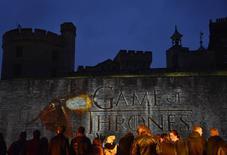"""Fãs esperam atores da série """"Game of Thrones"""" na Torre de Londres.  18/03/2015   REUTERS/Toby Melville"""