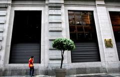 El exterior del edificio de la Bolsa de Valores de Sao Paulo, nov 17 2008. La Bolsa de Brasil caía el jueves tras tres sesiones consecutivas del alza, en línea con una baja de Wall Street y por toma de ganancias en papeles de bancos y de la petrolera estatal Petrobras.  REUTERS/Rodrigo Paiva