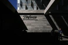 El grupo español de telecomunicaciones Telefónica, feb 25 2015. El grupo español de telecomunicaciones Telefónica contrataría los servicios de hasta nueve bancos para coordinar y dirigir una ampliación de capital de 3.000 millones de euros (3.200 millones de dólares) para financiar la compra del operador brasileño GVT, dijo el jueves una fuente conocedora de la operación. REUTERS/Juan Medina