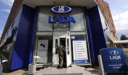 Le constructeur automobile russe Avtovaz, propriétaire de la marque Lada, espère profiter de la moindre présence en Russie de plusieurs de ses rivaux étrangers pour gagner des parts de marché. /Photo prise le 9 juillet 2014/REUTERS/Alexander Demianchuk