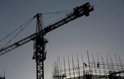 Site de construction d'un immeuble de bureaux à Pékin. La Chine devrait connaître une croissance économique de 7% cette année et de 6,9% en 2016, selon une enquête publiée vendredi par l'OCDE, qui parle d'un développement moins soutenu mais plus durable et propose des pistes de réformes. /Photo prise le 19 janvier 2015/REUTERS/Kim Kyung-Hoon