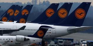 Aviones de Lufthansa estacionados en el aeropuerto de Múnich, dic 1 2014. Los pilotos de Lufthansa se mantenían en huelga el viernes por tercer día consecutivo, lo que provocó la suspensión de 700 vuelos y dejó varados a miles de pasajeros, en medio de una disputa por los beneficios de retiro anticipado y recortes de gastos de la compañía alemana.   REUTERS/Michael Dalder