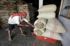 Un trabajador pesa café orgánico en una bodega en Pueblo Bello, Colombia, ene 29 2014. El Congreso de Colombia aprobó en primer debate el Plan Nacional de Desarrollo, la hoja de ruta del Gobierno para los próximos cuatro años, que establece inversiones por 703,9 billones de pesos (269.344 millones de dólares), en medio de un escenario de desaceleración económica por la caída de los flujos petroleros.  REUTERS/Jose Miguel Gomez