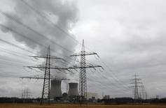 La centrale nucléaire de Gundremmingen. Selon un rapport gouvernemental que Reuters a pu consulter, les contribuables allemands pourraient devoir payer des milliards d'euros pour la fermeture des centrales nucléaires dans le pays, les plans actuels de financement mis en place par les groupes de services aux collectivités risquant de s'avérer insuffisants. /Photo d'archives/REUTERS/Michaela Rehle