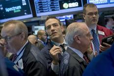Alors que Wall Street évolue tout près de ses plus hauts historiques, les investisseurs étudieront attentivement les indicateurs économiques des prochains jours pour tenter d'y déceler de nouveaux indices sur le calendrier de la hausse des taux et d'évaluer les chances de poursuite du rally des actions. /Photo prise le 19 mars 2015/REUTERS/Brendan McDermid