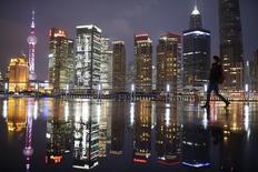 Vista del distrito financiero de Pudong, Shanghái, 5 mar, 2015. China podría socavar sus reformas estructurales si adopta una política monetaria excesivamente flexible, dijo el domingo el gobernador del banco central, Zhou Xiaochuan, al tiempo que se comprometió a relajar los controles de capital para ayudar en el proceso de convertibilidad del yuan. REUTERS/Aly Song