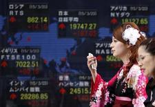 Le gouvernement japonais a adopté un point de vue plus optimiste sur l'économie du pays pour la première fois en huit mois, notant une tendance à une reprise modérée grâce au redressement de la production industrielle. /Photo prise le 23 mars 2015/REUTERS/Yuya Shino