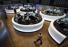 Помещение фондовой биржи во Франкфурте-на-Майне. 16 марта 2015 года. Европейские фондовые рынки растут благодаря неожиданно хорошей экономической статистике Германии, затмившей слабый показатель производственной активности в Китае. REUTERS/Ralph Orlowski