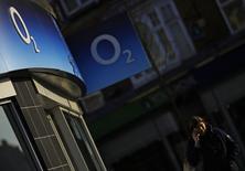 Telefonica a conclu un accord définitif sur la vente de sa filiale britannique O2 au groupe de Hong Kong Hutchison Whampoa pour un montant de 10,25 milliards de livres sterling (13,96 milliards d'euros). /Photo prise le 23 janvier 2015/REUTERS/Darren Staples