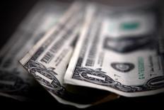 Банкноты доллара США. Торонто, 26 марта 2008 года. Курс доллара к корзине шести основных валют близок к двухнедельному минимуму на фоне неуверенности инвесторов в сроке повышения процентных ставок ФРС. REUTERS/Mark Blinch