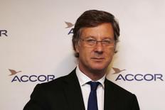 Le PDG d'Accor, Sébastien Bazin. Les fonds d'investissement Colony Capital et Eurazeo, principaux actionnaires d'Accor, ont annoncé mercredi avoir cédé 9,6% du capital du groupe hôtelier, soit près de la moitié de leur participation, pour un montant cumulé de 1,1 milliard d'euros. /Photo prise le 18 février 2015/REUTERS/John Schults
