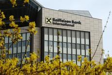 Центральный офис Raiffeisen Bank International в Вене. 25 марта 2015 года. Raiffeisen Bank International предупредил в среду, что может получить в 2015 году убытки второй год подряд, так как тратит много денег на сокращение активов в Центральной и Восточной Европе. REUTERS/Heinz-Peter Bader