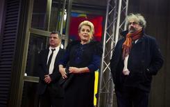 """Diretor Salvadori (E) posa com atores Catherine Deneuve e Gustave de Kervern, do filme """"Um Pátio de Paris"""", em Berlim. 11/02/2014. REUTERS/Thomas Peter"""