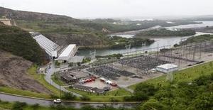 Imagen de la Central Hidroeléctrica de Furnas, en la ciudad de Sao Jose da Barra en el estado de Minas Gerais en el centro de Brasil. 14 de enero, 2013. Brasil importará electricidad desde Argentina y Uruguay este año, dijo el Gobierno el jueves en el diario oficial, en la más reciente medida para evitar un racionamiento energético debido a que las reservas de plantas hidroeléctricas locales permanecen en niveles muy bajos. REUTERS/Paulo Whitaker