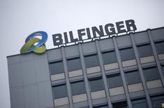 Logotipo da alemã Bilfinger no topo da sede da empresa em Mannheim. 21/01/2013 REUTERS/Lisi Niesner