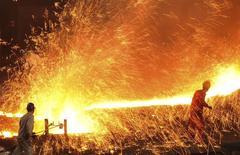 Funcionários trabalham na Dongbei Special Steel, em Dalian, China. 16/03/2015 REUTERS/China Daily (CHINA - Tags: BUSINESS)