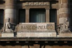 El logo del Banco de México en el edificio del organismo en Ciudad de México, ene 23 2015. El banco central de México mantuvo el jueves su tasa de interés de referencia en un mínimo de 3.0 por ciento y previó que la moneda local, que cayó este mes hasta su peor nivel histórico, podría registrar episodios adicionales de depreciación.   REUTERS/Edgard Garrido