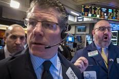 Operadores en la bolsa de Wall Street en Nueva York, mar 26 2015. Las acciones de Estados Unidos subían el viernes y los principales índices se encaminaban a evitar una semana con cinco cierres en baja, antes de un discurso de la presidenta de la Reserva Federal, Janet Yellen, que podría provocar un cierre volátil de los negocios. REUTERS/Brendan McDermid