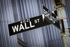 Wall Street risque de faire du surplace la semaine prochaine avec des investisseurs qui vont attendre les chiffres de l'emploi du mois de mars mais sans pouvoir réagir à leur publication, prévue vendredi, en raison de la fermeture des principaux marchés à l'occasion du Vendredi Saint. /Photo prise le 24 mars 2015/ REUTERS/Brendan McDermid