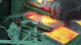 En la imagen, un trabajador revisa un proceso al interior de la refinería de cobre de Codelco en Ventanas, Chile, ene 7, 2015. La producción de cobre en Chile sufrió un baja interanual del 1,1 por ciento en febrero, debido a una mantención de una importante faena, dijo el lunes el estatal Instituto Nacional de Estadísticas (INE).  REUTERS/Rodrigo Garrido
