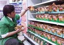 En la imagen, un vendedor arregla paquetes de bebidas instantáneas en un supermercado en Santiago. Las ventas reales de los supermercados en Chile crecieron un 3,8 por ciento interanual en febrero, impulsadas por un efecto de pago de remuneraciones durante el mes, según datos difundidos el lunes por el Gobierno.